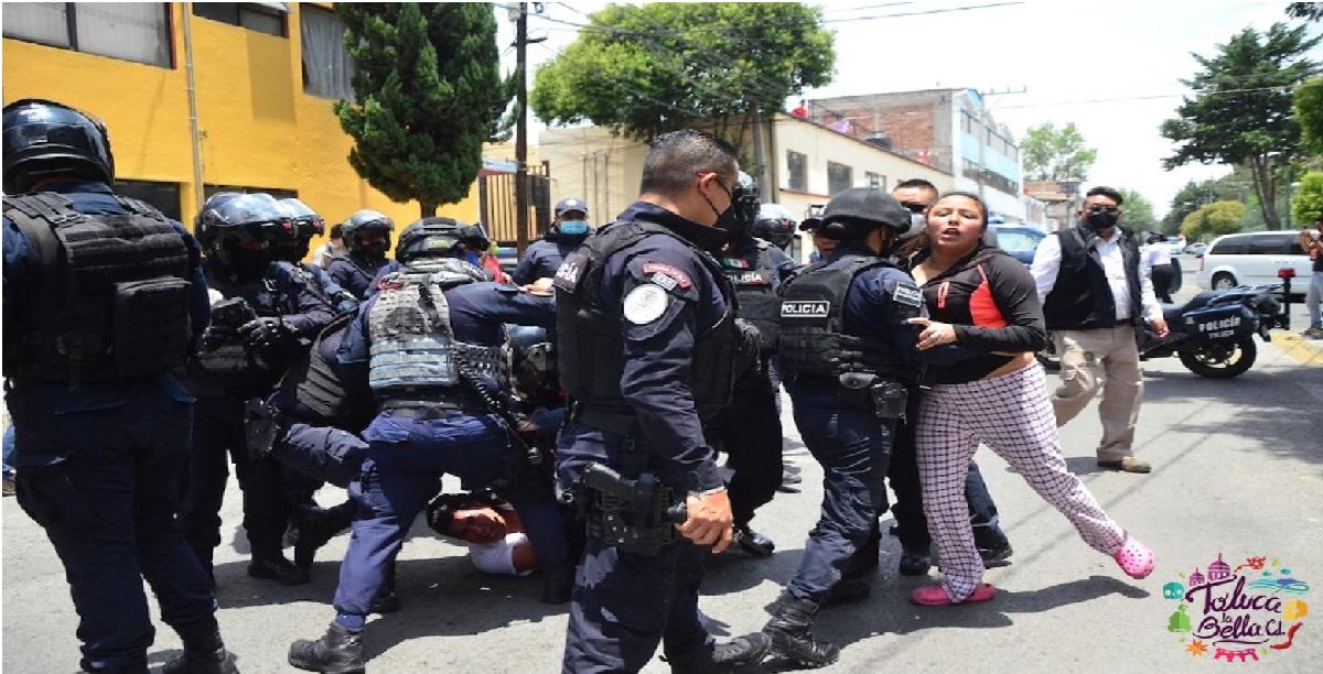 Policías se confrontaron con familiares de dos detenidos que interaron liberar para no ser presentados ante el Ministerio Público.