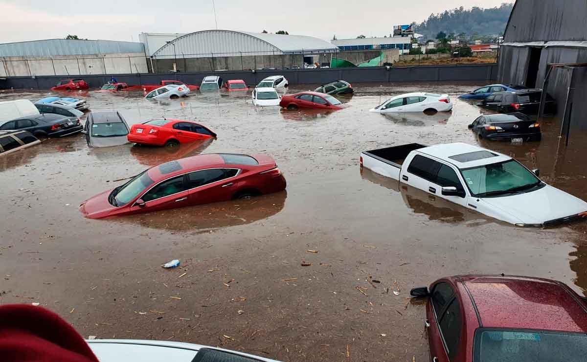 Gente se queda atrapada tras inundación en Metepec