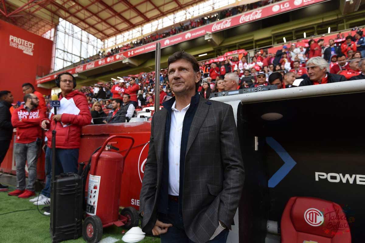 Hernán Cristante dirigiendo un partido en el estadio Nemesio diez