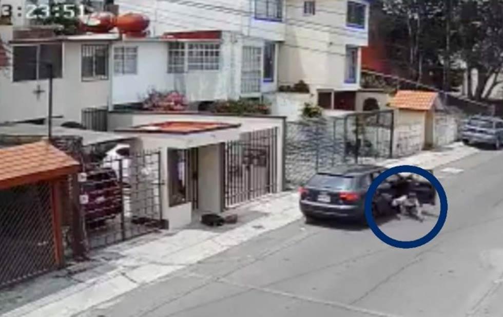 En la grabación se observa como el hombre comienza a tirar fuera del vehículo una maleta y la bolsa de la joven. Posteriormente, la mujer es lanzada fuera del auto.