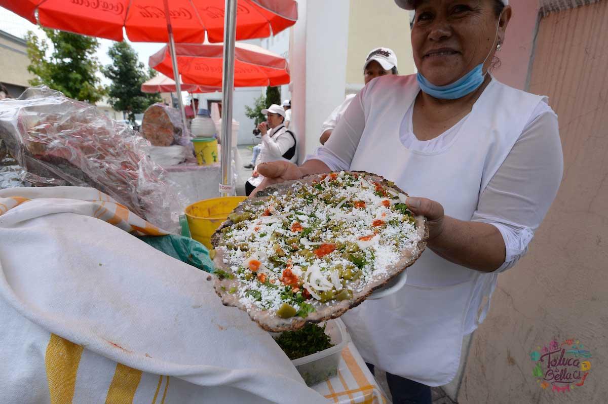 Los comerciantes venden los huaraches toluqueños en distintas partes de la ciudad