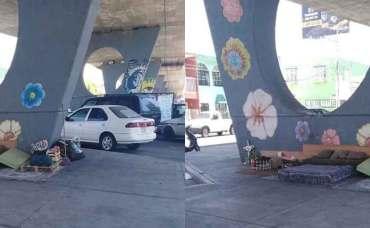 Indigente tiene recámara bajo un puente.