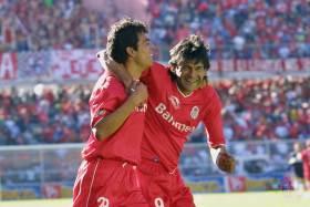 José Cardozo celebrando un gol con Edgar González