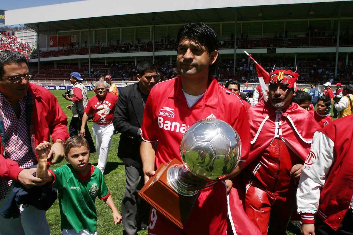 José Cardozo recibiendo un trofeo de goleador