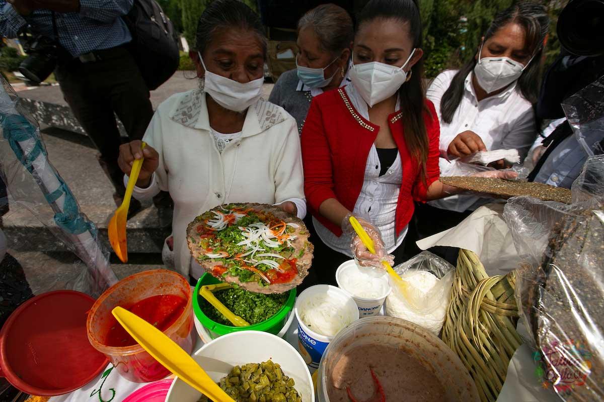 Son varios ingredientes los que lleva el huarache el cuál es muy diferente a la tlayuda de Oaxaca