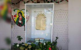 Cámaras de seguridad captaron el momento en que un sujeto se persigna antes de robar una imagen de la Virgen de Guadalupe