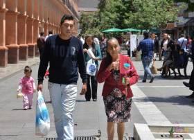 Una mamá acompañada de su hijo en el centro de la capital mexiquense