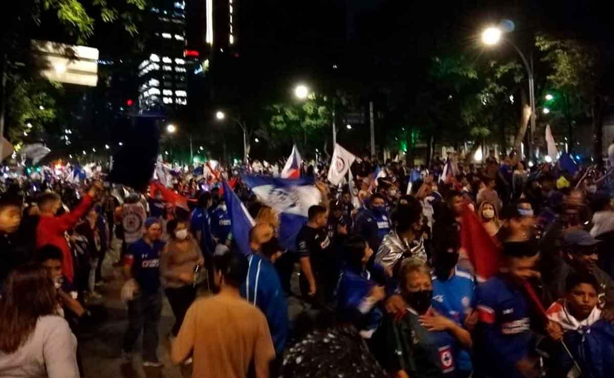 Feministas critican a aficionados del Cruz Azul.