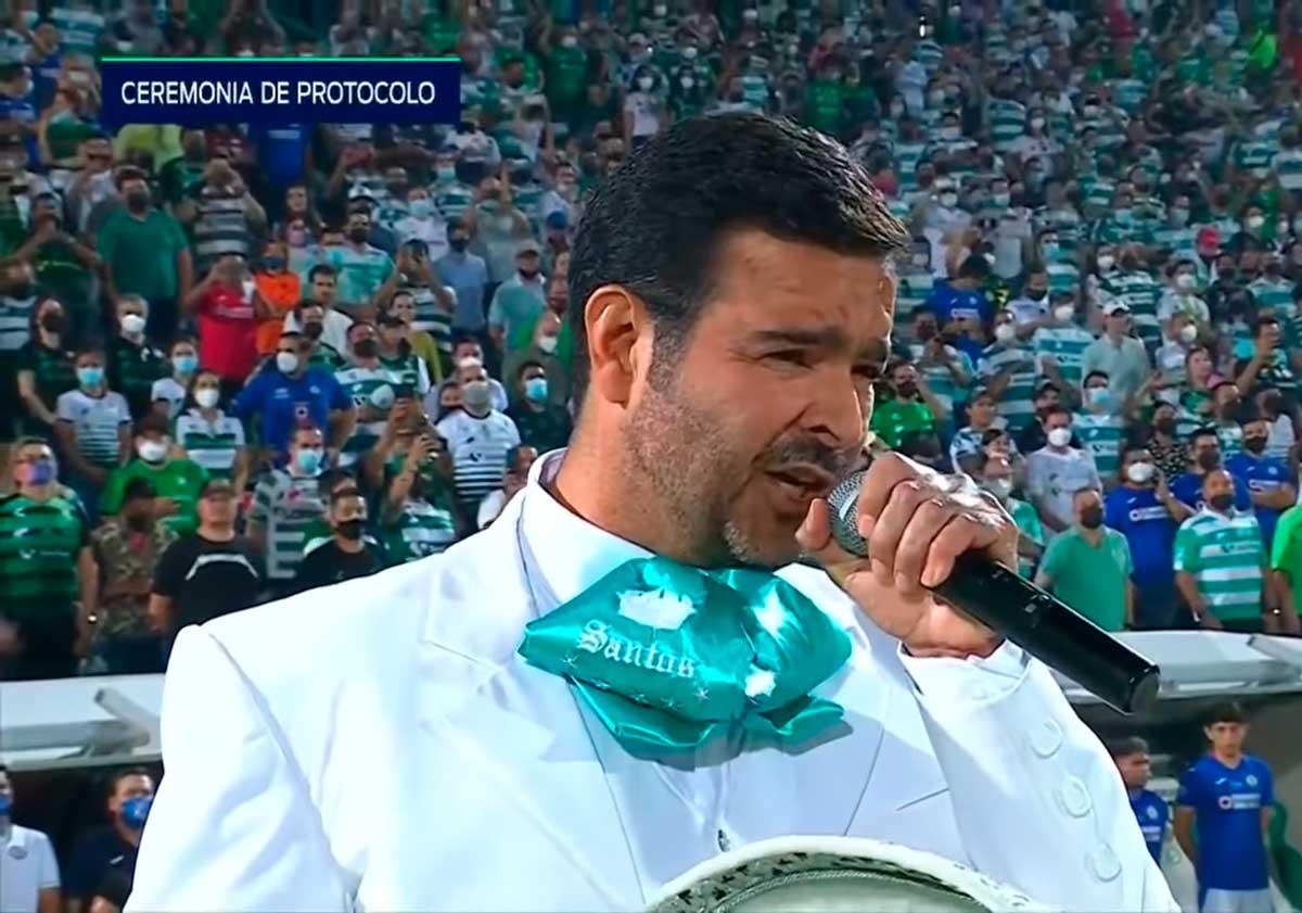 Pablo Montero hace el oso al cambiarle la letra al Himno Nacional