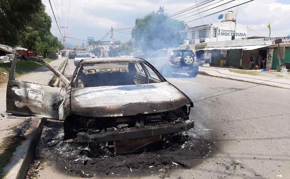 Pobladores amarran a policías e incendian sus autos en Otzolotepec,Edomex.