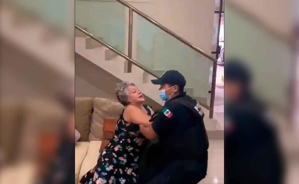 Policía somete a abuelita por allanar una casa.