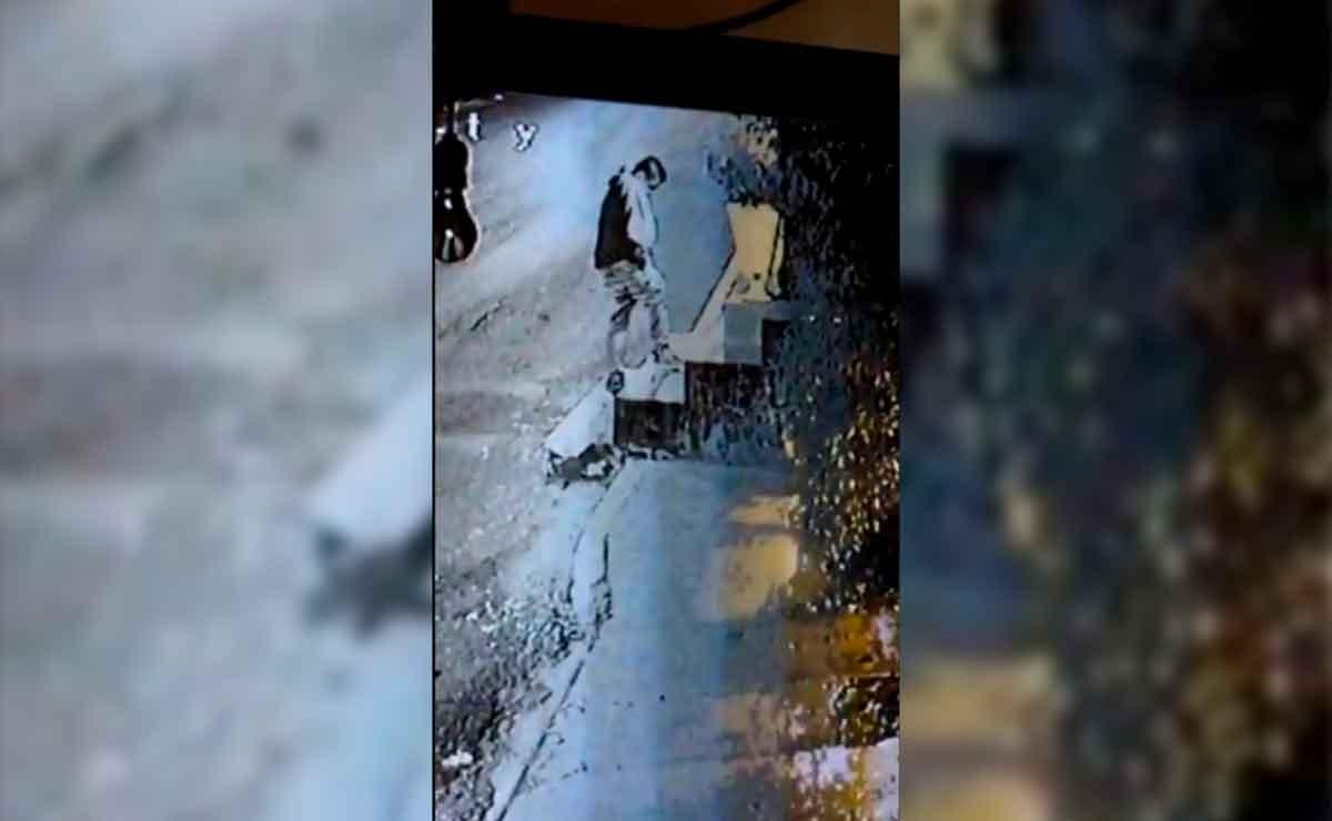 En las imágenes se observa como uno de ellos se acerca al altar perteneciente a los conductores en la base de camiones ruta 73 y se persigna en varias ocasiones para después robar la imagen de la Virgen de Guadalupe