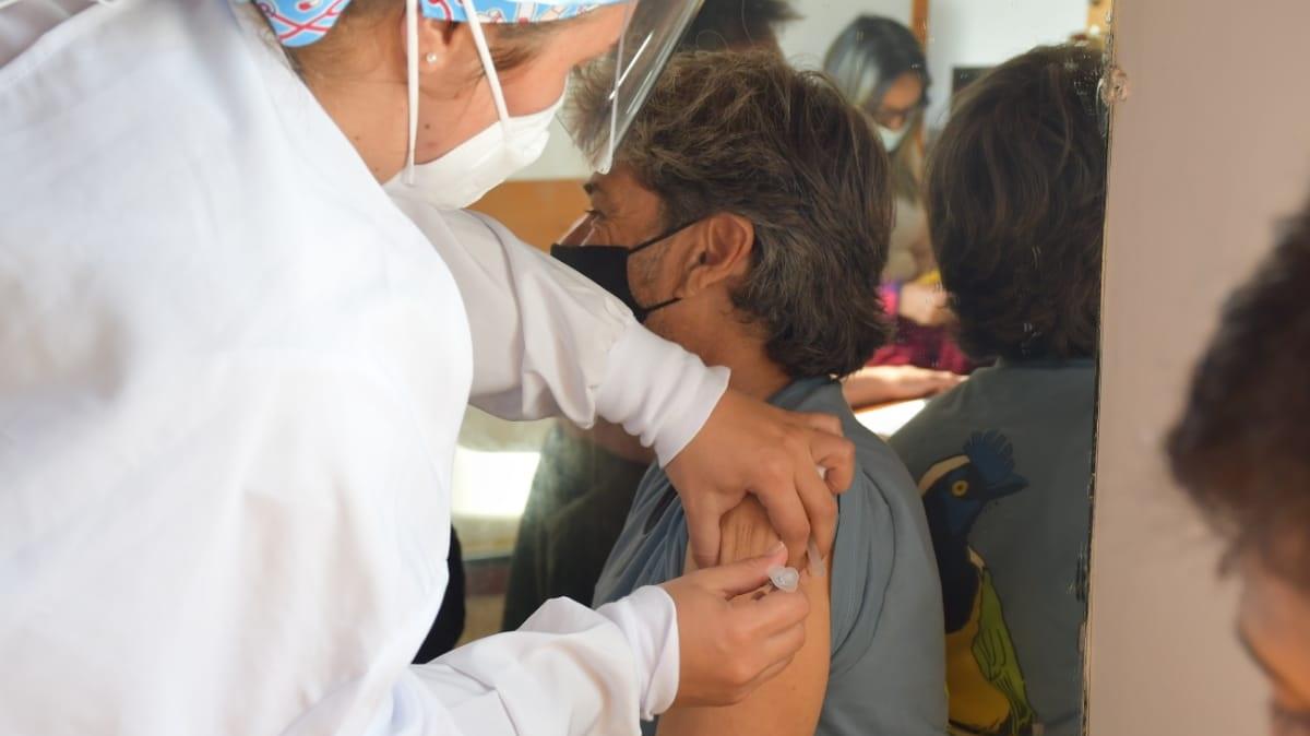 Continúa la vacunación para maestros en Toluca y Edomex