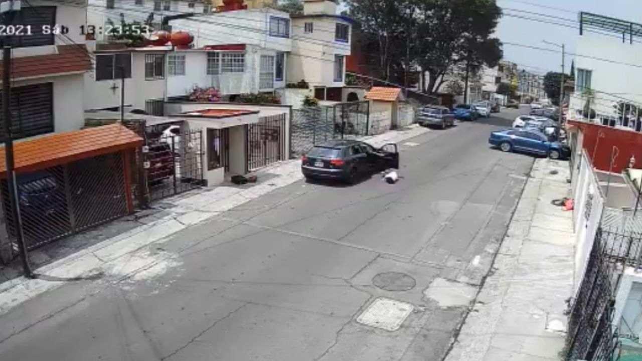 Hombre lanza desde el auto a su novia por un ataque de celos en Edomex