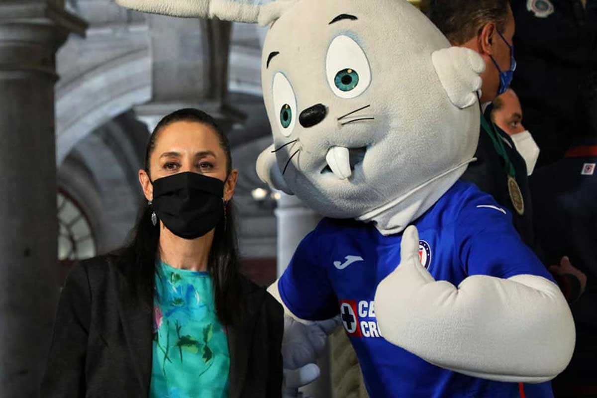 La jefa de gobierno se tomo una foto con la mascota de Cruz Azul