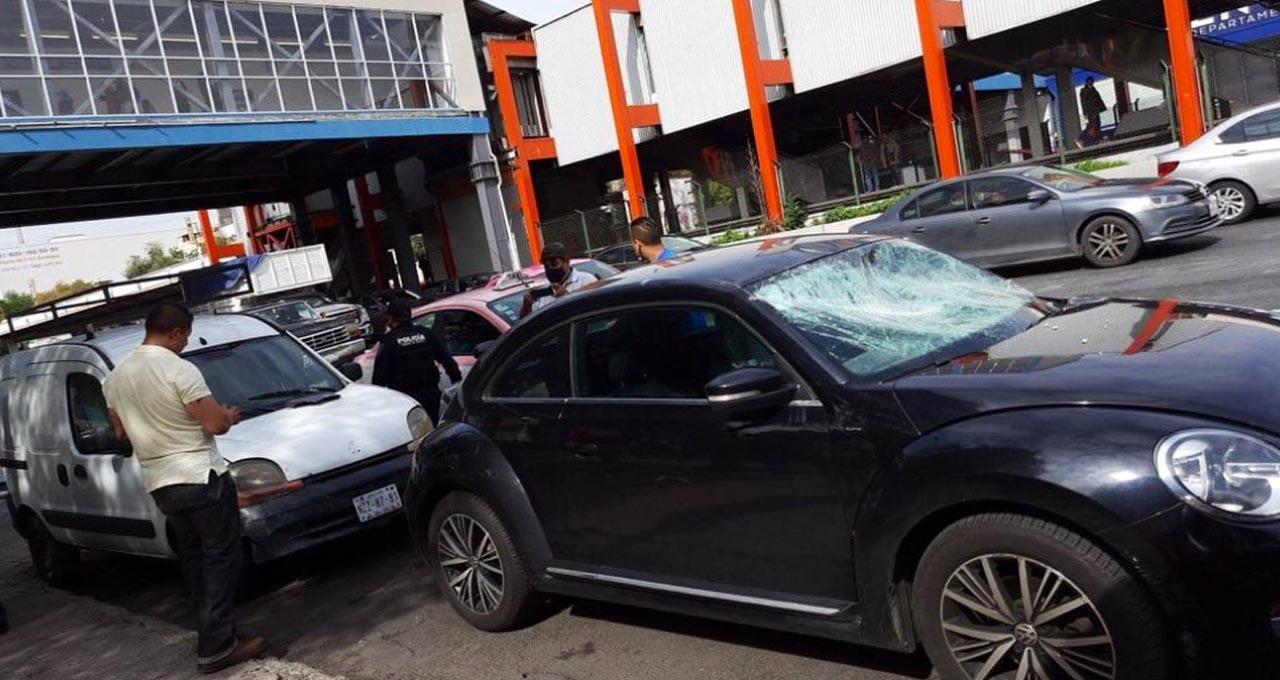 Metro CDMX: cae plafón de la línea 2, dos autos quedaron dañados