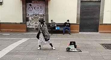 toluca noticias y el emotivo momento de una adulta mayor bailando en las calles de toluca