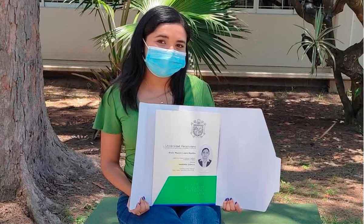 Chica presume su título universitario en redes sociales y se vuelve viral.