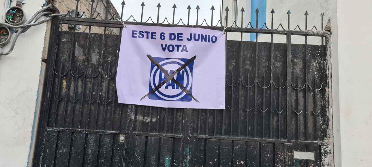 Porton de casa en San Lorenzo Tepaltitlán con propaganda del PAN sin autorización