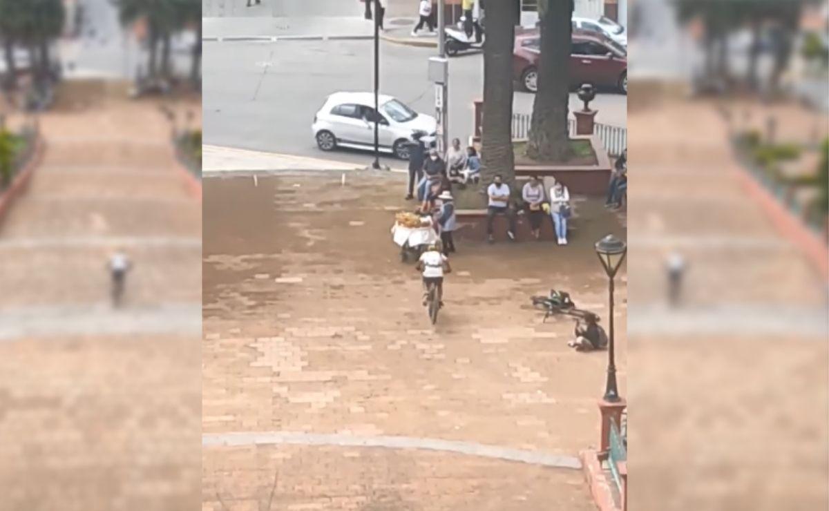 En las imágenes se observa como el ciclista baja a toda velocidad por las escalinatas del Calvario de Metepec