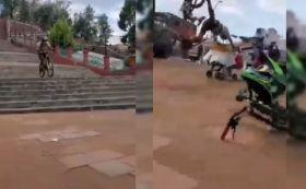 Un ciclista se hizo viral en redes sociales por chocar contra un puesto de chicharrones en el Calvario de Metepec