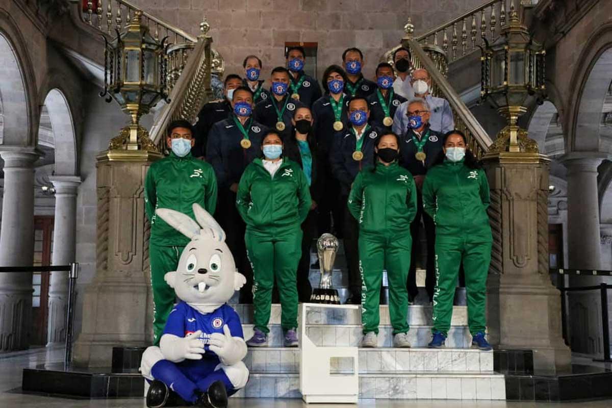 La foto del recuerdo de la visita de los jugadores de Cruz Azul