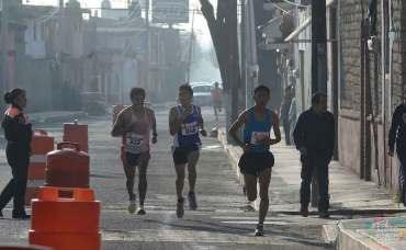Este día del padre participa en la carrera atlética en Toluca.