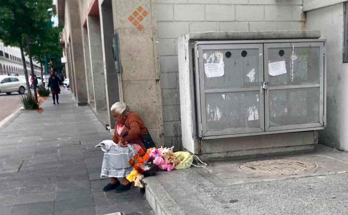 Abuelita lucha por vender sus títeres en Toluca y se vuelve noticia viral