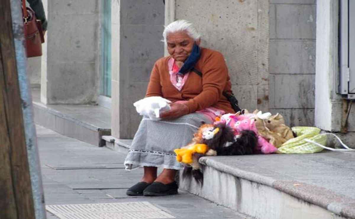 Abuelita, Doña socorro lucha por vender sus títeres para sobrevivir en Toluca.
