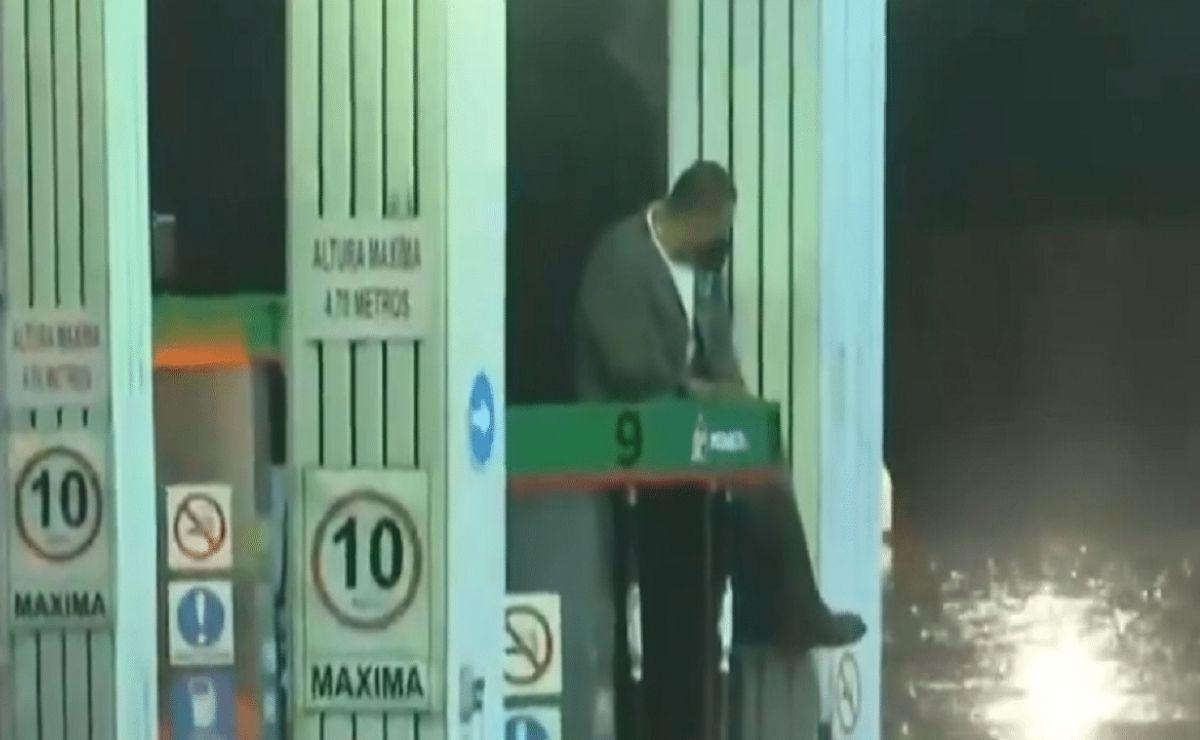 Empleado de una gasolinera se hace viral por quedar atrapado arriba de la bomba de gas en el Edomex