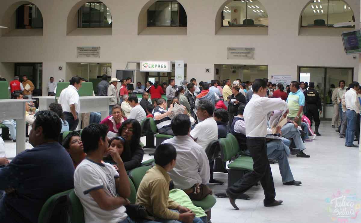 Gente esperando para pagar tenencia en Edomex.