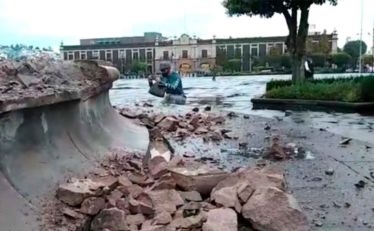 Feministas destruyen fuentes de Toluca.