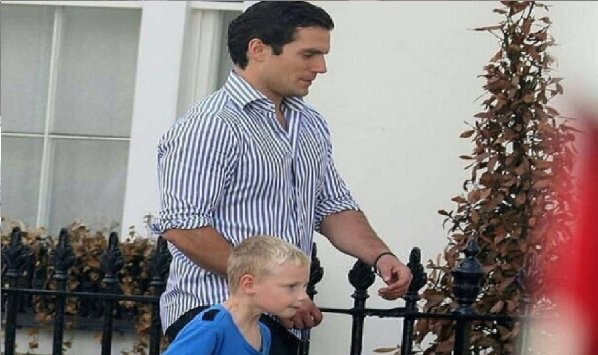 el sobrino de superman nunca penso que su tip henry Cavill iría por el a su escuela