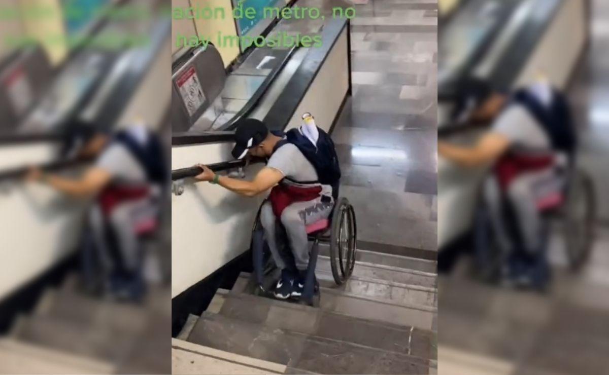 Hombre en silla de ruedas baja solo escaleras del metro de la CDMX
