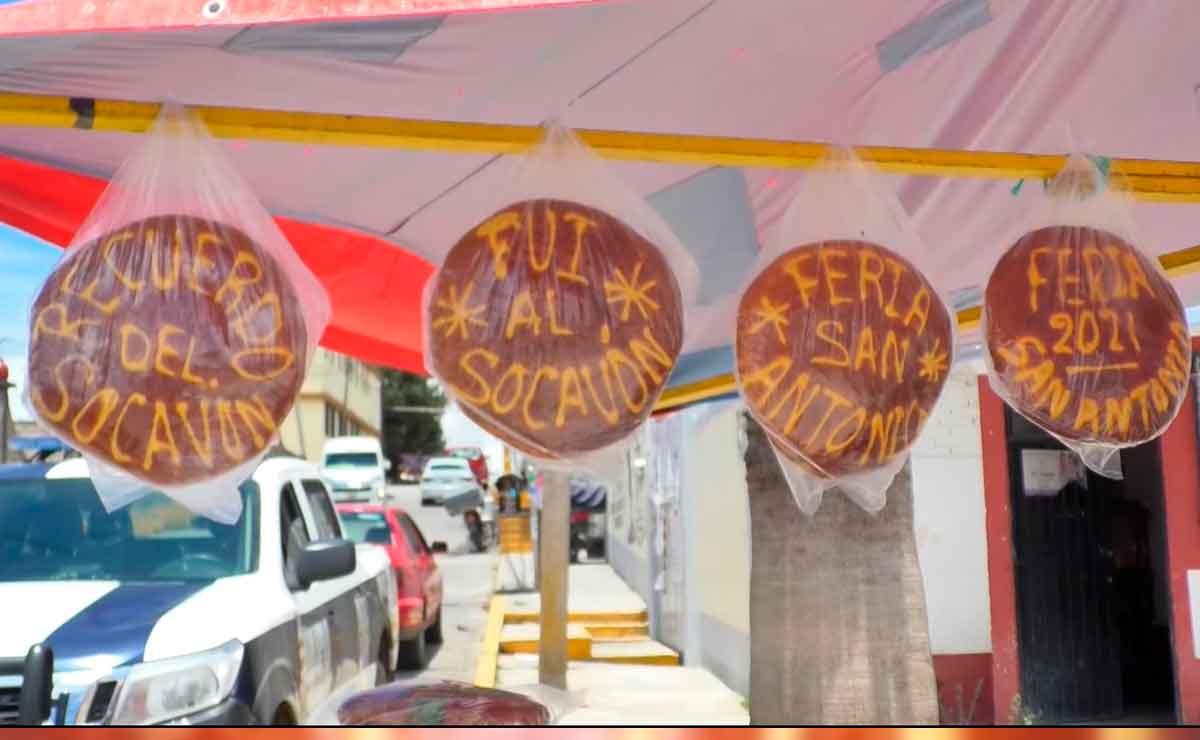 Ingenio mexicano, crean pan con frases de recuerdo del socavón.