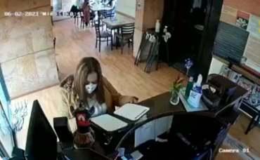 mujer es grabada robando el celular y la cartera de una empleada de un restaurante en Toluca