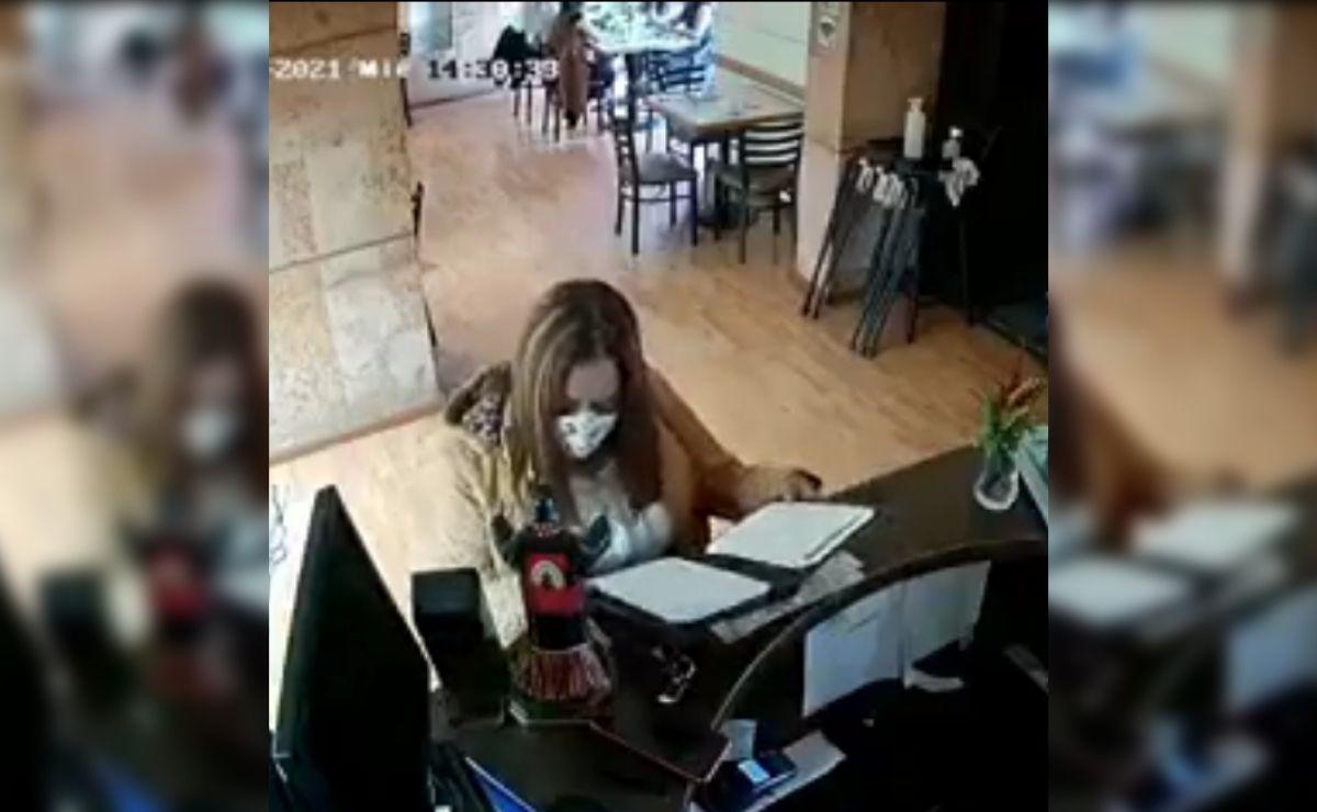 Los hechos fueron grabados por cámaras de seguridad del Restaurante La Pera, ubicado en calle Andrés Quintana Roo, Barrio de la Merced en la capital mexiquense.