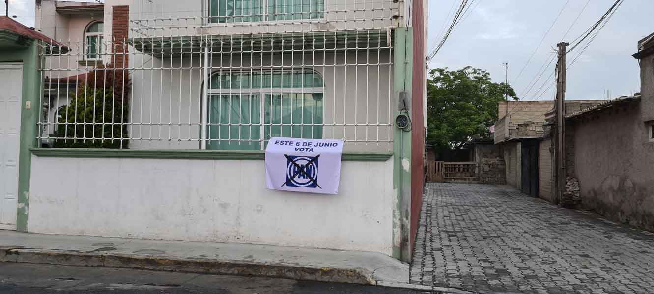Casa de San Lorenzo Tepaltitlán con propaganda del PAN en Toluca