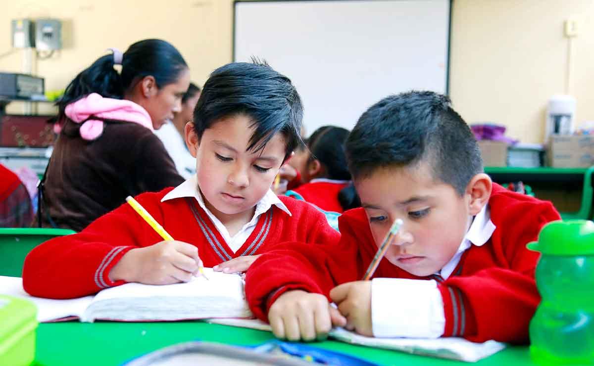 Regreso a clases Edomex 2021: Alfredo del Mazo. Niños realizando su tarea.