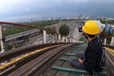 Jovenes se arriesgan a subir montaña rusa de la feria de Chapultepec sin autorización