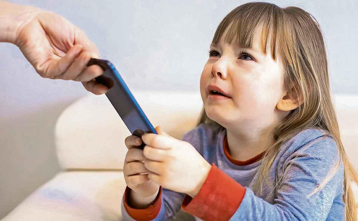 Se vuelve viral un contrato para niños que deseen un celular.