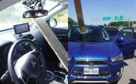 Una tabla de madera salió volando por la carretera y atravesó el parabrisas de un auto