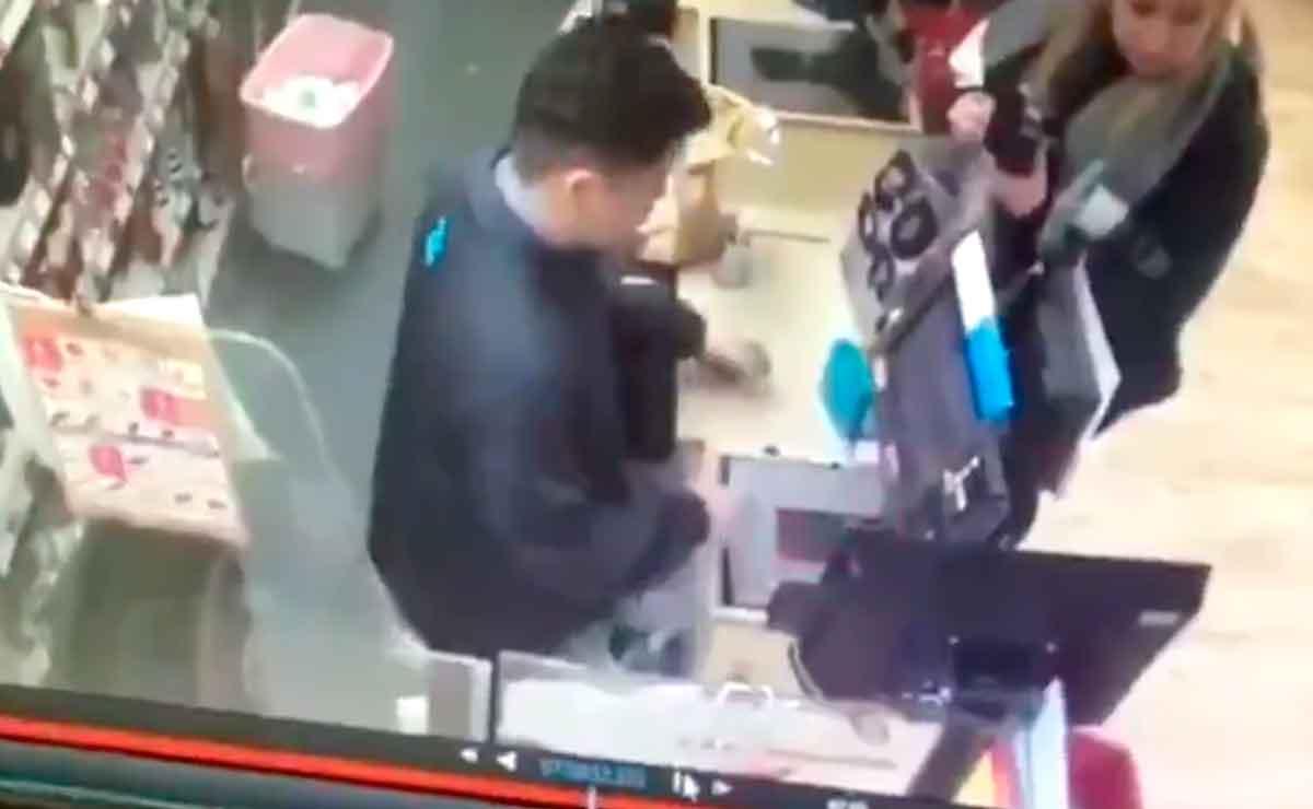 Trabajador que tenía resaca fingió desmayo para irse a su casa.