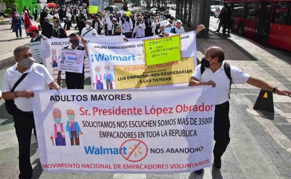 varias personas del sector afectado realizaron una marcha en calles de a CDMX para exigir se les permita regresar a su trabajo de empacadores.