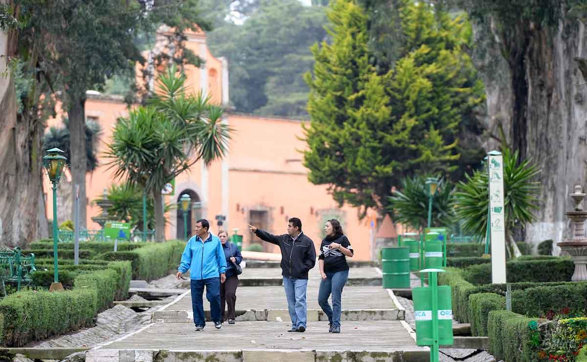 Gente caminando por las instalaciones del Zoológico de Zacango.