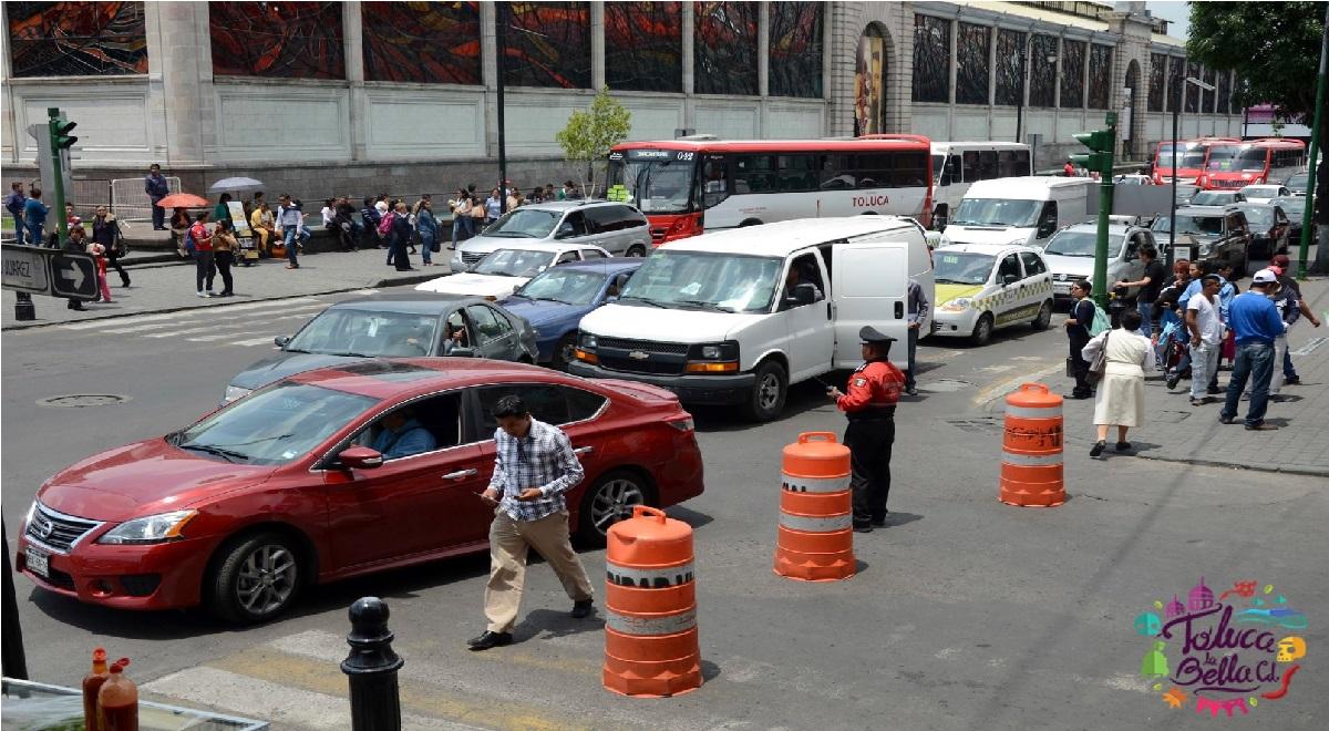Autos en el centro histórico de Toluca en el Edomex