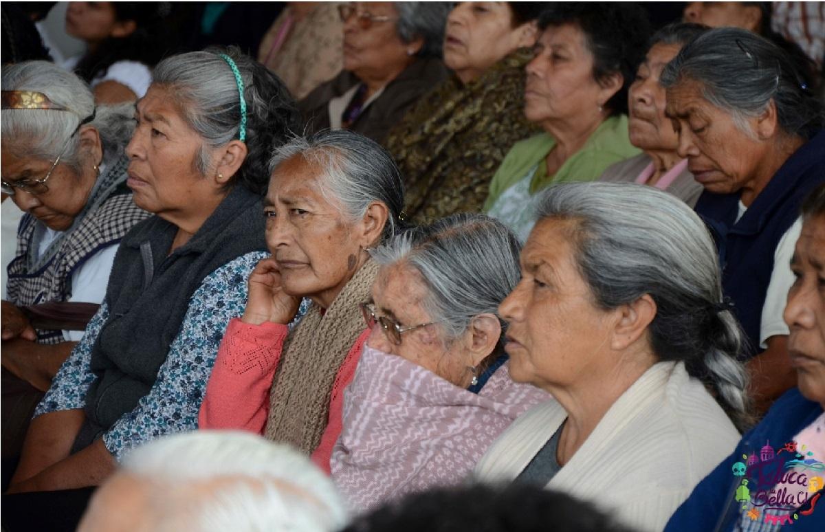 personas mayores haciendo su tramite de la credencial INAPAM