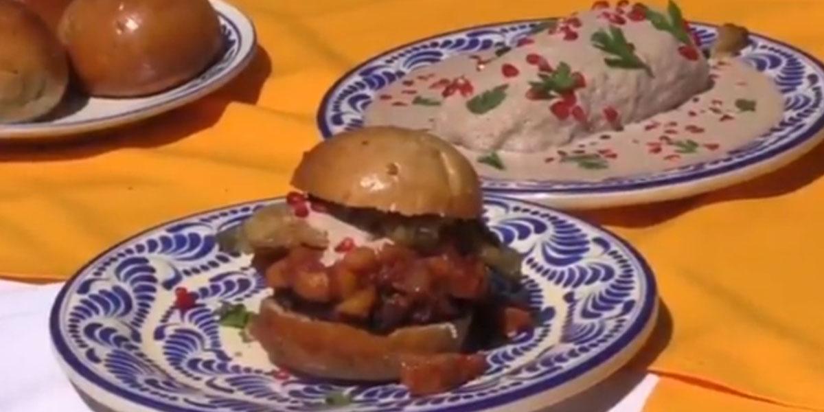 Hamburguesa de chile en nogada, platillo inventado en Puebla
