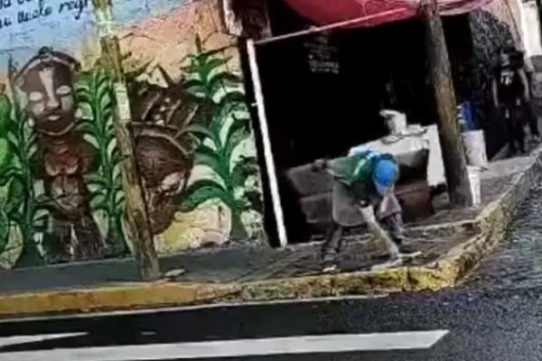 Taquero en la CDMX limpia su trapo en un charco