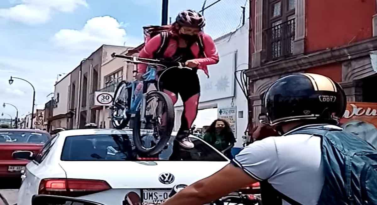 ciclista cruza por encima de auto en querétaro